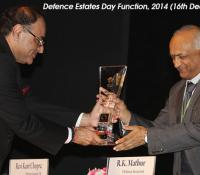 Shri R K Mathur, Defence Secretary receiving Mementoes from Shri Ravi Kant Chopra, Director General Defence Estates