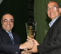 Shri VS Sampath, CEC receiving the Memento from Shri Ravi Kant Chopra, DGDE