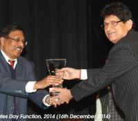 Shri Vasumitra, Chief Postmaster General, Delhi Circle receiving Mementoes from Shri Harish Prasad, Director, NIDEM