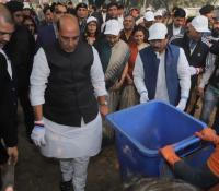 Swachhata Pakhwada 2019: Shri Rajnath Singh, Hon'ble RM and Shri Shripad Yesso Naik, Hon'ble RRM doing shramdan