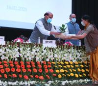 16-02-2021 को आयोजित ई-छावनी परियोजना के लोकार्पण समारोह में माननीय रक्षा मंत्री श्री राजनाथ सिंह को स्मृति चिन्ह भेंट करते हुए तत्कालीन महानिदेशक, रक्षा संपदा श्रीमती दीपा बाजवा।