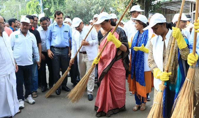 "Hon'ble RM contributed 'Shram Daan' at Civil Area of Delhi Cantonment under ""Swachhta Hi Sewa"" campaign"