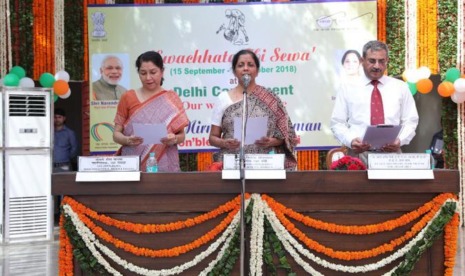 Smt Nirmala Sitharaman, Hon'ble RM administering Swachhata Pledge in Delhi Cantonment on 02/10/2018