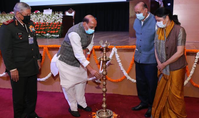 माननीय रक्षा मंत्री श्री राजनाथ सिंह : 16-02-2021 को ई-छावनी परियोजना के लोकार्पण समारोह के दौरान दीप प्रज्जवलित करते हुए ।