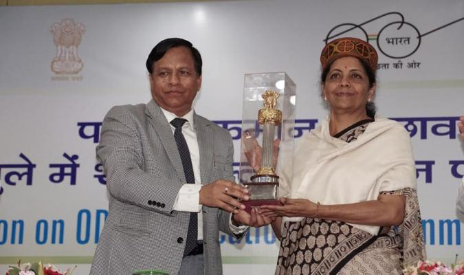 Smt Nirmala Sitharaman, Hon'ble RM receiving Memento from Shri Jojneshwar Sharma, Director General Defence Estates