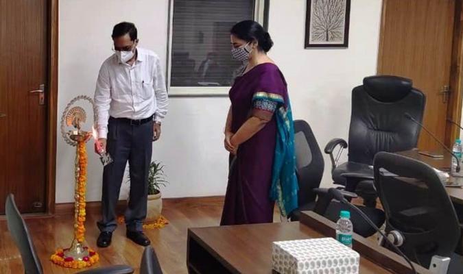 हिन्दी दिवस के अवसर पर महानिदेशक महोदय द्वारा दीप प्रज्ज्वलन