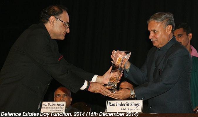 Shri Rao Inderjit Singh, Hon'ble Raksha Rajya Mantri receiving Mementoes from Shri Ravi Kant Chopra, Director General Defence Estates