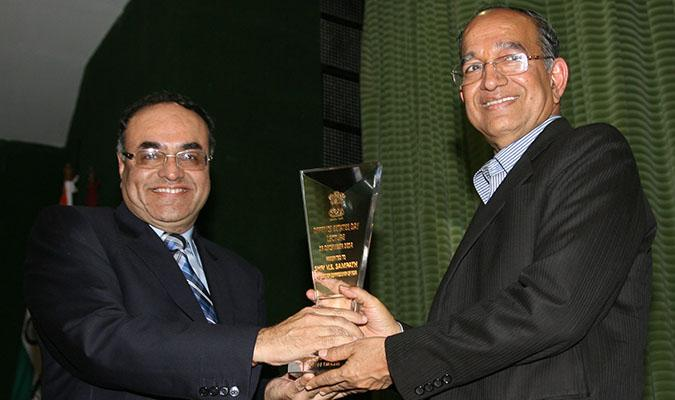 Shri VS Sampath, CEC receiving the Memento from Shri Ravi Kant Chopra, DGDE