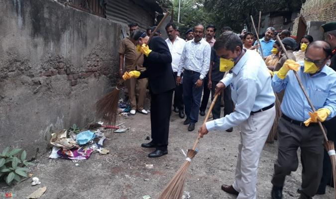 Shramdan by Dr. Subhash Ramrao Bhamre, Hon'ble RRM during Swachhata Hi Seva, 2018 in Pune Cantonment