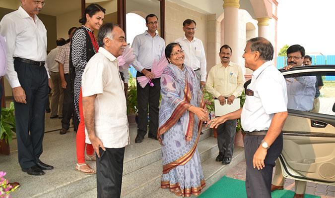 Shri Deepak Gupta, Chairman, UPSC being welcomed by Smt Sundari Subramaniam Pujari, Director General Defence Estates