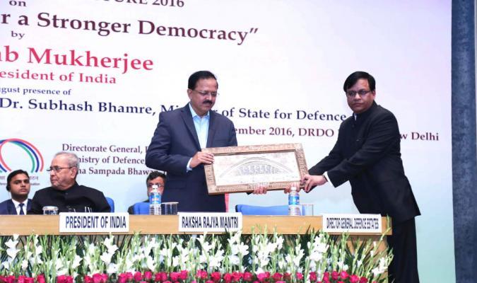 Shri Jojneswar Sharma, DGDE presenting a Memento to Shri Subhash Bhamre, Hon'ble RRM