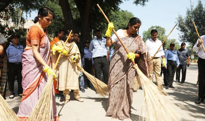 Shramdan by Smt Nirmala Sitharaman, Hon'ble RM during Swachhata Hi Seva, 2018 in Delhi Cantonment on 02/10/2018