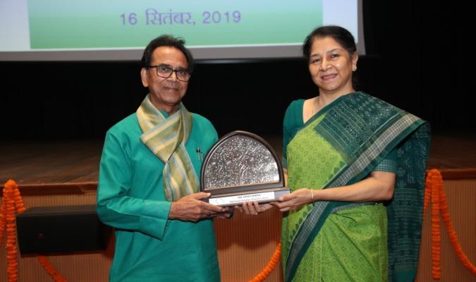 हिंदी पखवाड़ा 2019: डॉ अशोक चक्रधर, पद्मश्री को श्रीमती दीपा बाजवा, महानिदेशक रक्षा सम्पदा स्मृति चिन्ह भेंट करती हुई