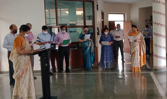 Vigilance Awareness Week, 2020: Smt Deepa Bajwa, DGDE administering the vigilance awareness oath