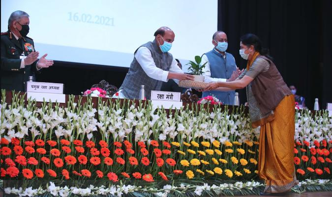 Shri Rajnath Singh, Hon'ble Raksha Mantri receiving memento from Smt Deepa Bajwa, Director General Defence Estates during the launch of eChhawani Project on 16-02-2021