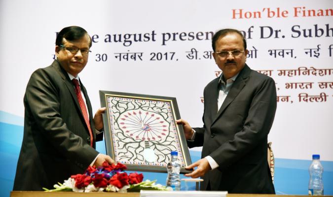 Shri Jojneswar Sharma, DG DE presenting a Memento to Shri Subhash Bhamre, Hon'ble Raksha Rajya Mantri