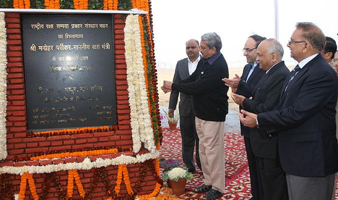 Shri Manohar Parrikar, Hon'ble Raksha Mantri unveiling the Foundation Stone Plaque of National Institute of Defence Estates Management Building on 5th December, 2014 at Delhi Cantt.