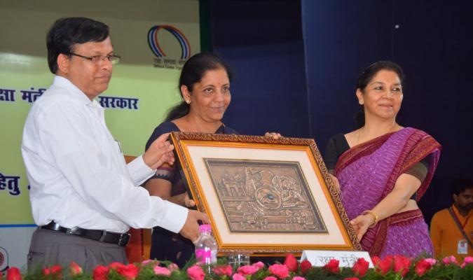 Presentation of Memento to Smt Nirmala Sitharaman, Hon'ble RM by Shri Jojneswar Sharma, DGDE and Smt Deepa Bajwa, PDDE, Central Command