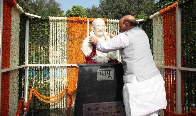 श्री राजनाथ सिंह, माननीय रक्षा मंत्री बापू की प्रतिमा को मालार्पण करते हुए
