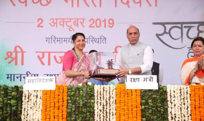 श्री राजनाथ सिंह, माननीय रक्षा मंत्री, श्रीमती दीपा बाजवा, महानिदेशक रक्षा सम्पदा से स्मृति चिन्ह प्राप्त करते हुए